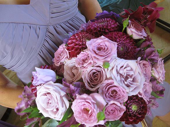 Purppuranpunaisen sävyt ja kulta luovat häihin modernin, mutta ylellisen ilmeen