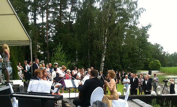 Jousikvartetti hääbändinä ei rajoita musiikkityyliä klassiseen musiikkiin