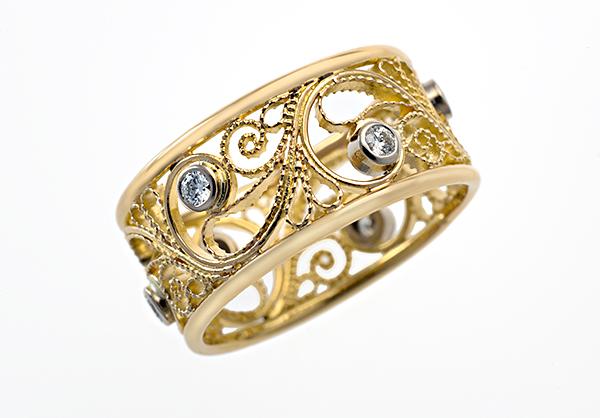 Kulta muovautuu taitavissa käsissä herkiksi pitsikoruiksi