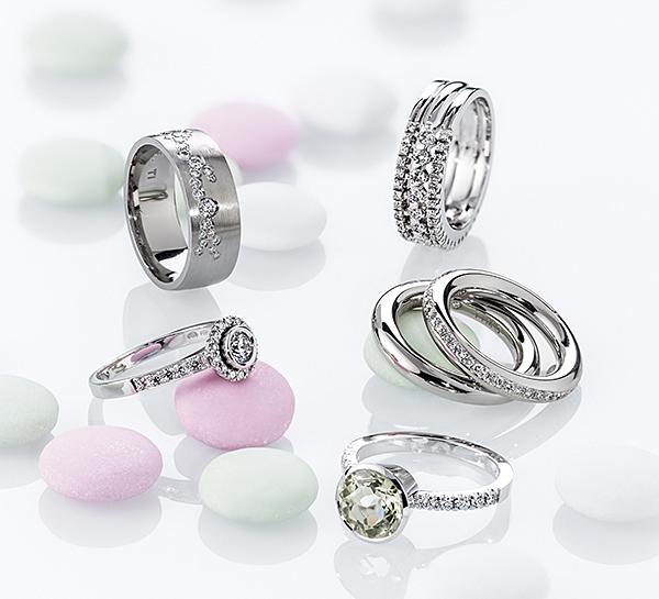 Värillisinä vai värittömänä välkehtivät timanttisormukset?