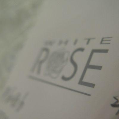 Niinatar myy White Rose -hääpukuja