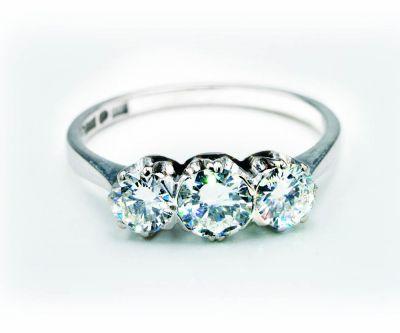 Valkokultainen timanttisormus Huutokauppa Helander