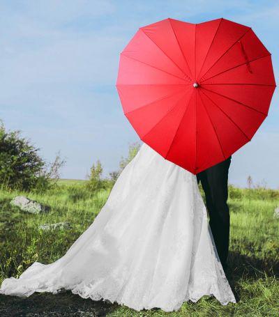 Sydän-päivänvarjo hääparille