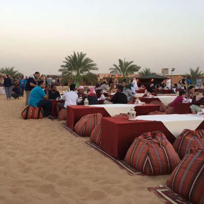 Illallinen aavikolla Dubaissa