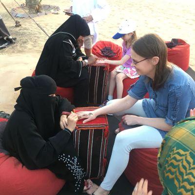 Hennatatuointi aavikolla Dubaissa
