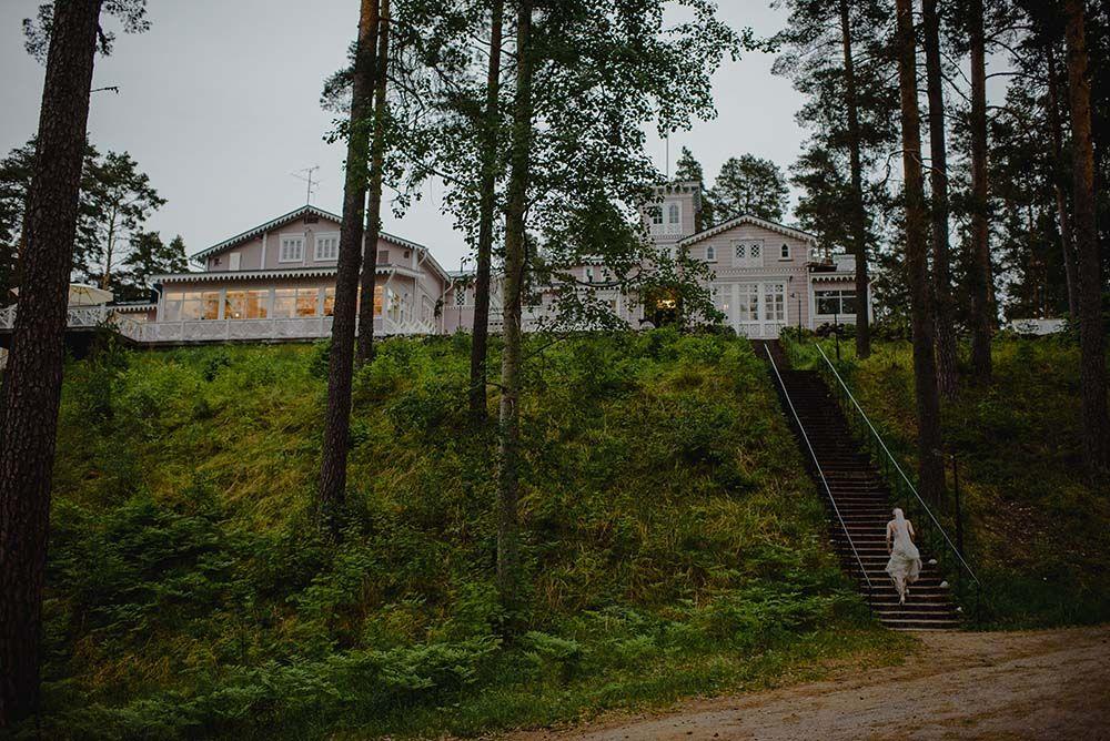 Hotelli Punkaharju häät morsian portaissa