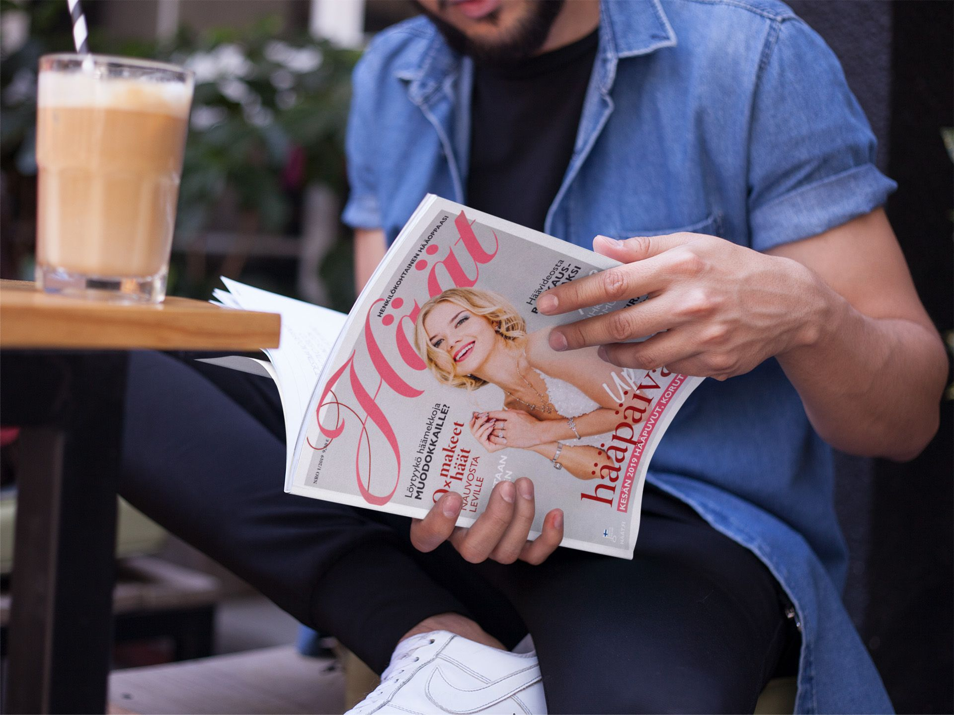 Mies lukee Häät-lehteä 1/2019