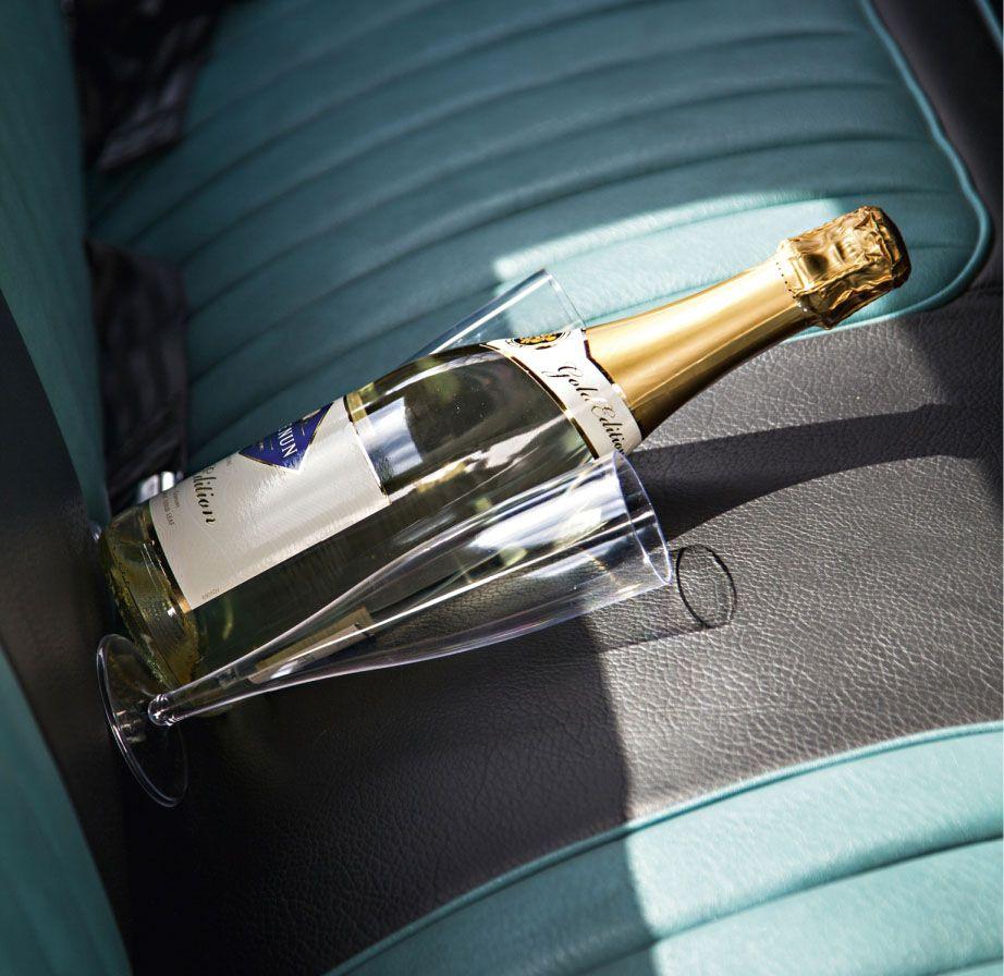 kuohuviini pullo auton penkillä
