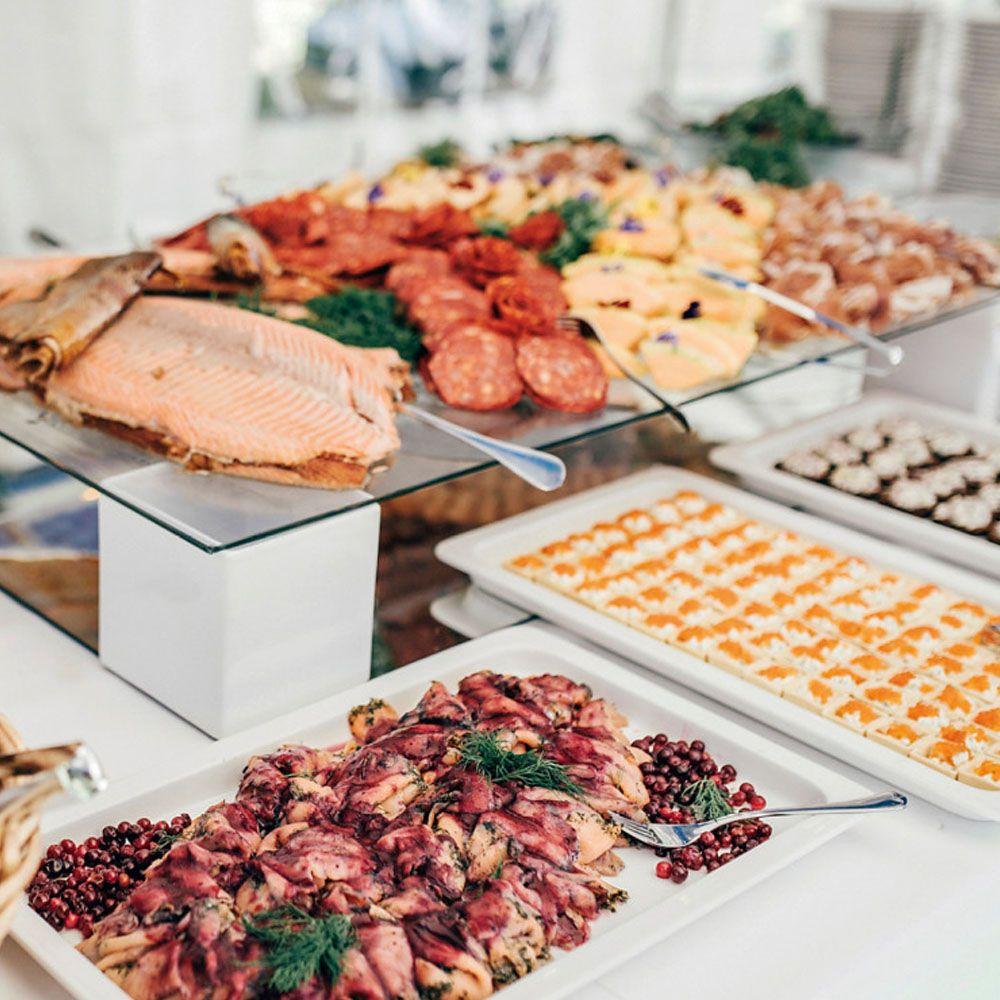 hyvää ruokaa hääjuhlassa