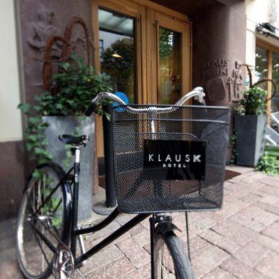 polkupyörä Hotelli Klus K edessä