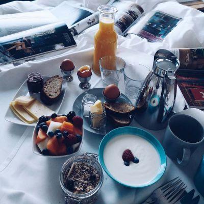 aamupala sändyllä hotelli Klaus K