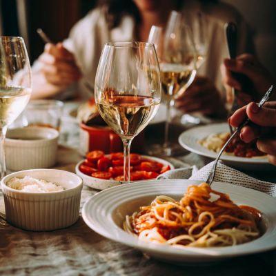 syömässä pastaa rehearsal dinner