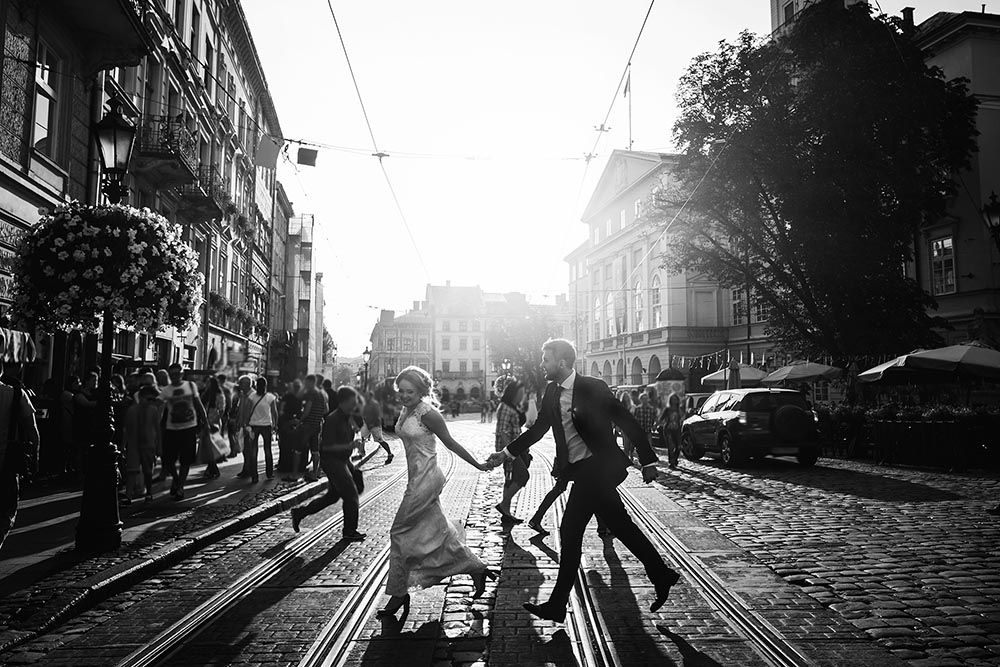 hääpari juoksee kadun yli