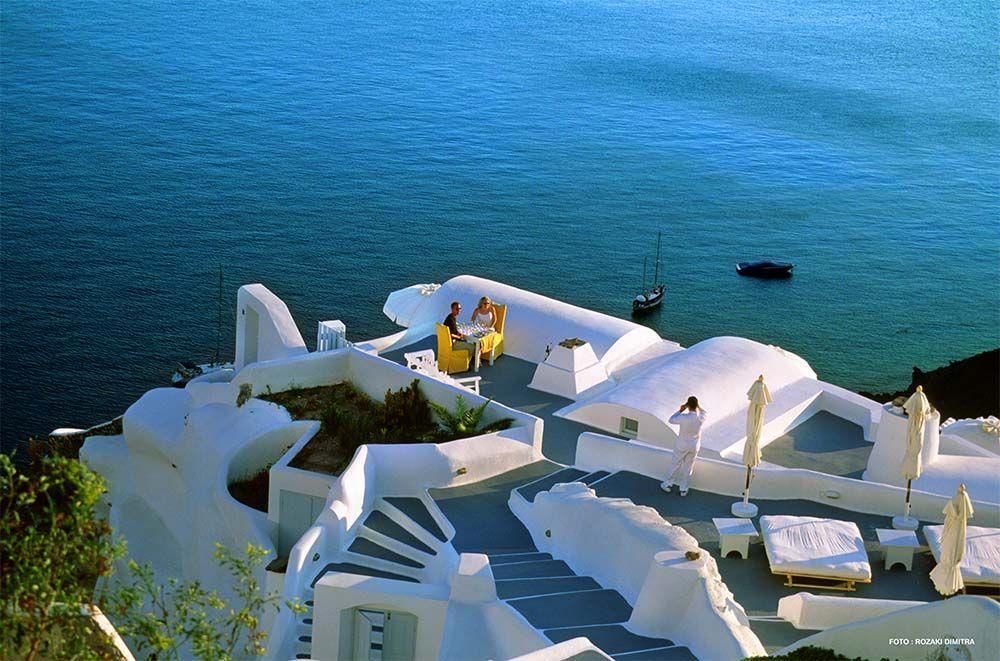 hääpari terassilla Santorini Kreikka