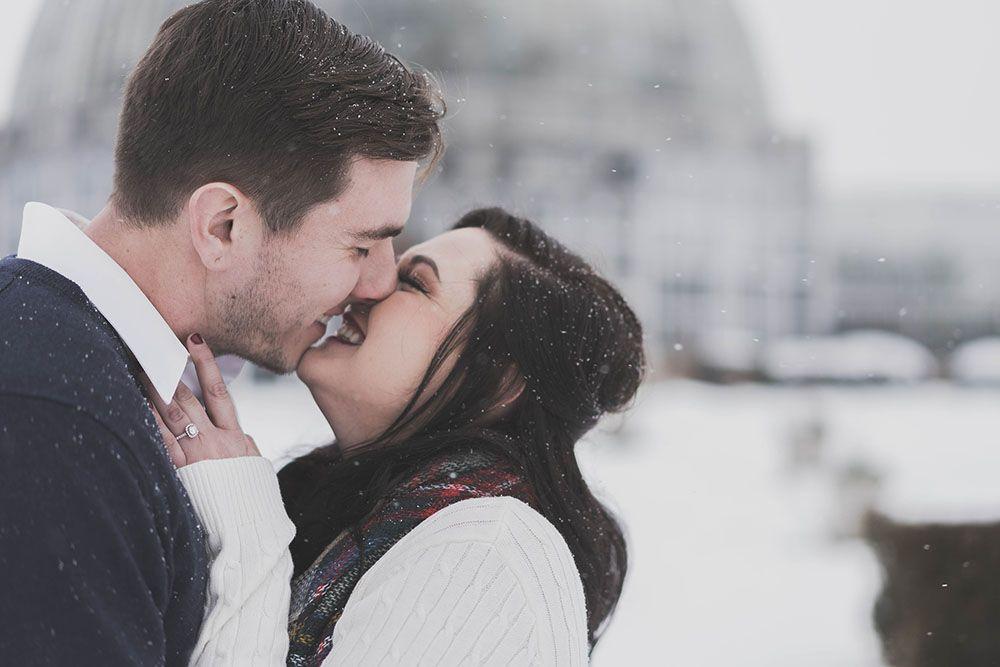 talvihäät pariskunta suutelee talvella