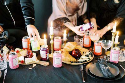 Pyjamabileiden tarjoomukset siideriä croisantteja ja juustoa