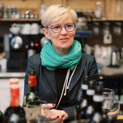 Krapin ravintolajohtaja Heli Lindroth esitteli juhlaviinejä