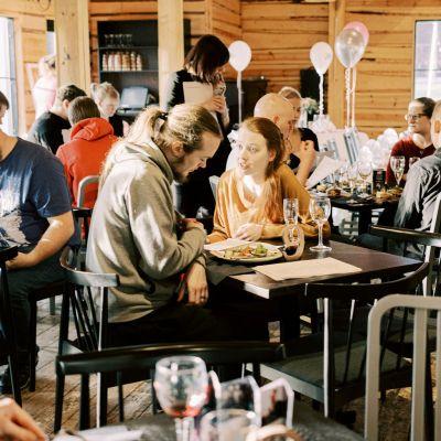 Hääparit syventyivät juhlan suunnitteluun Krapin juhlatapahtumassa Ravintola Mankelissa