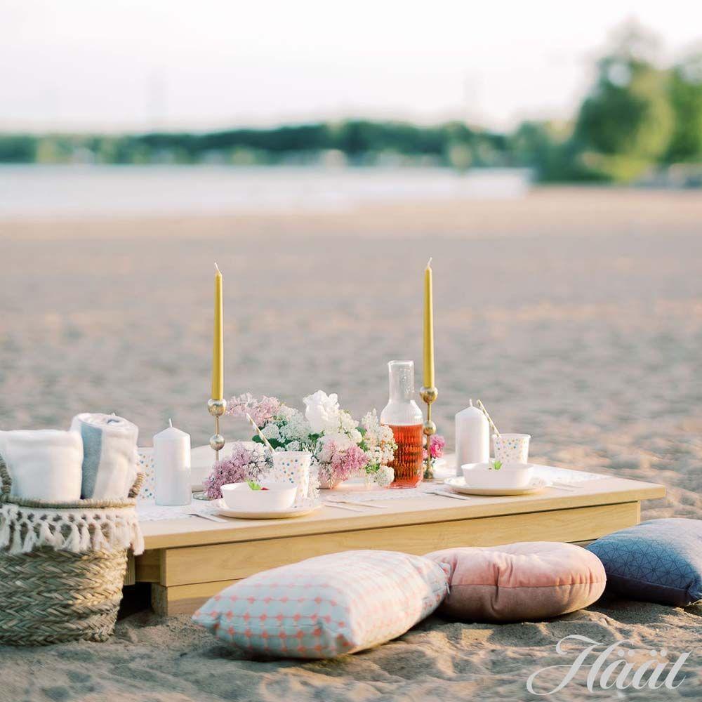 Hääbrunssi merenrannalla hääjuhlat rannalla katettu eväspöytä