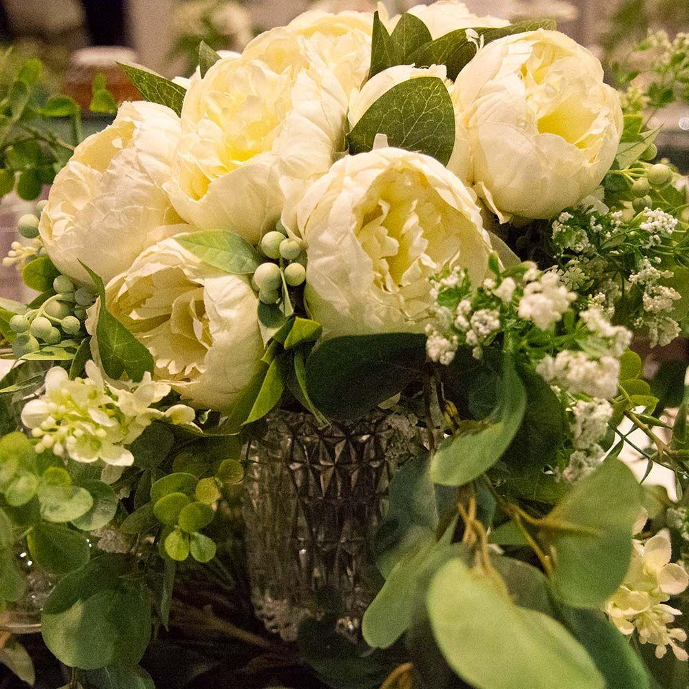 valkoiset kukat hääpöydässä Love Me Do 2020