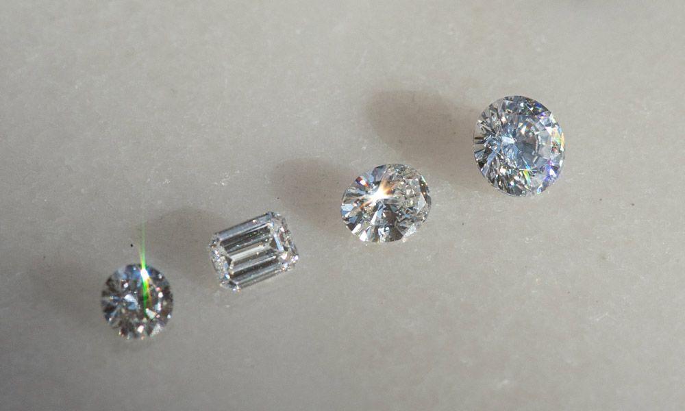 syntettiset timantit pöydällä