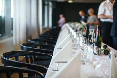 Juhlatila Aitio hääpöytä, odottavat häävieraat