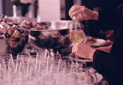Juhlapaikka Aitio Helsinki juhlajuomaa lasiin