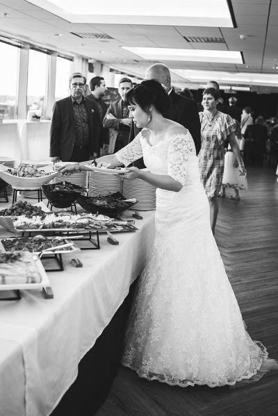 Juhlapaikka Aitio Helsinki morsian buffetpöydässä
