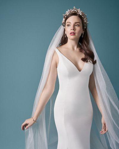 hääpuku Maggie Sottero Fernanda-ja huntu kauniilla tiaralla