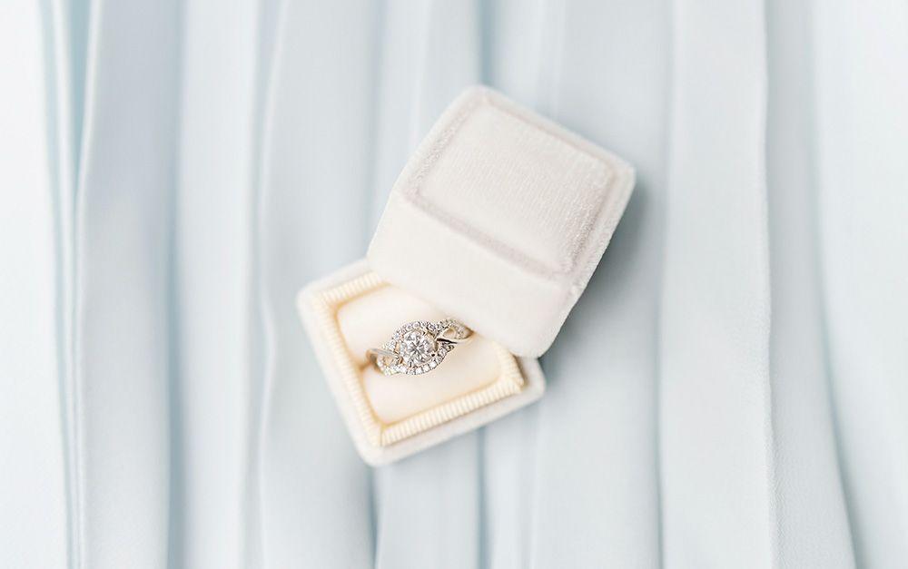 kihlasormus timanttisormus vaaleansininen tausta