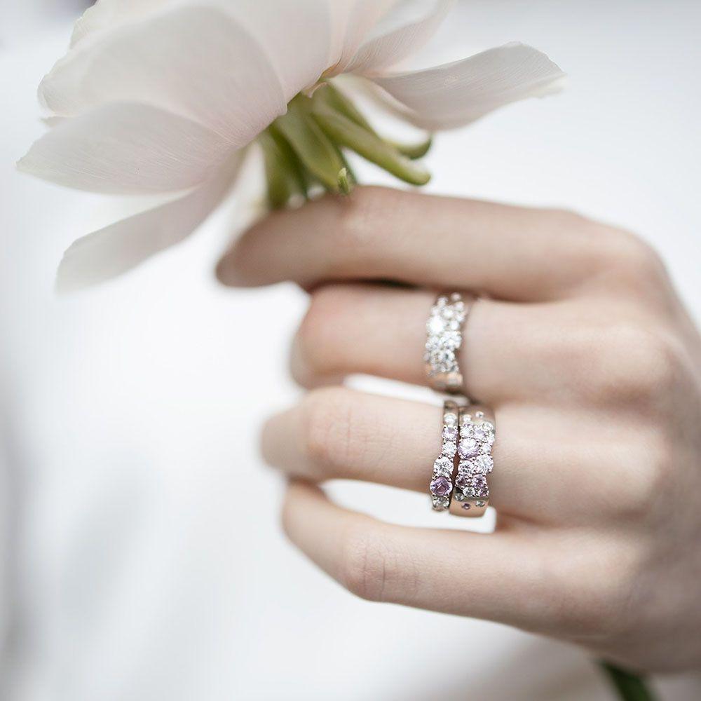 Keto Kevätmalliston sormukset vaaleanpunaisilla safiireilla ja kirkkailla timanteilla.