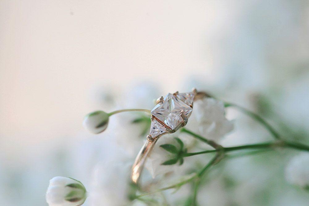 timanttisormus morsiusharson vieressä