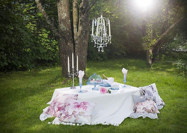 Romanttinen kosinta puutarhassa
